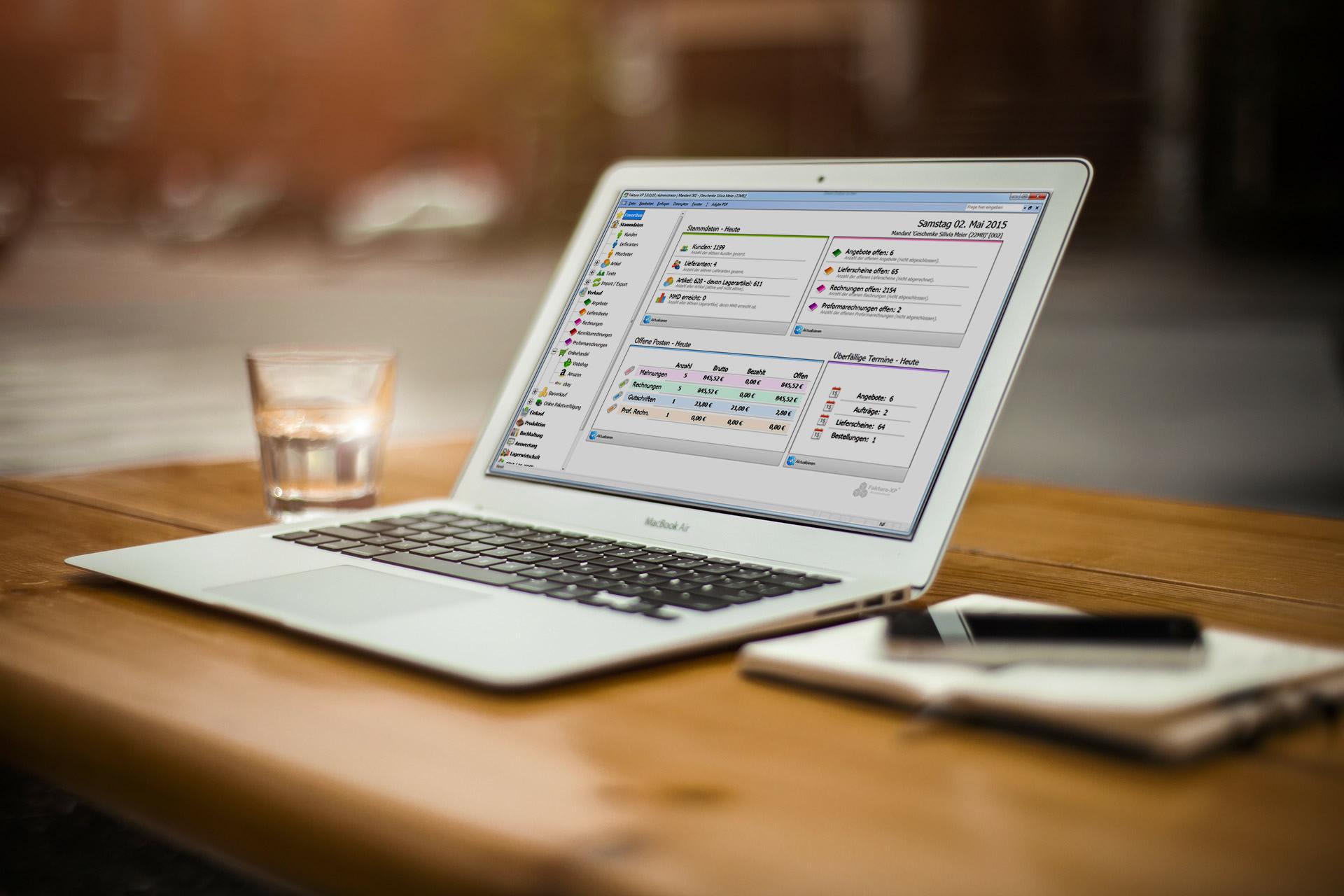 Faktura-XP auf einem Laptop gross